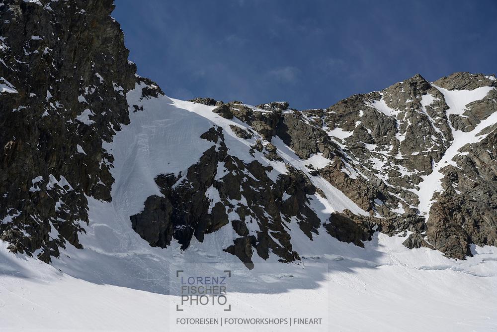Abstiegsspuren am Strahleggpass auf den hinteren Strahlegggletscher hinunter, Berner Oberland, Schweiz<br /> <br /> Descent traces at the Strahleggpass down the upper Strahlegg glacier, Bernese Oberland, Switzerland