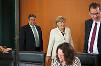 DEU, Deutschland, Germany, Berlin, 21.05.2014: <br />Bundeswirtschaftsminister Sigmar Gabriel (L) (SPD) und Bundeskanzlerin Dr. Angela Merkel (M) (CDU) vor Beginn der 17. Kabinettsitzung im Bundeskanzleramt.