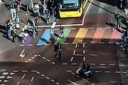 In Utrecht rijden fietsers en bussen over de vernieuwde weg langs Vredenburg.<br /> <br /> In Utrecht cyclists and busses ride on the new road in the city center.