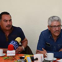 Toluca, México (Enero 02, 2017).- Aaron Gutiérrez y Manuel Del Valle, integrantes del Frente Amplio de Organizaciones Sociales (FAOS) durante conferencia de prensa, donde hablaron de los detalles la muerte de su ex-dirigente Julio Palacios. Agencia MVT / Arturo Hernández.