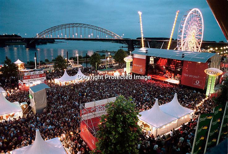 Nederland, Nijmegen 19-7-2002Slotavond van de 4-daagse van Nijmegen met een optrden van Kane op de Waalkade. Nijmeegse vierdaagse, waalbrug, open luchtconcert, mensenmassa, zomerfeesten.4 daagseFoto: Flip Franssen/Hollandse Hoogte