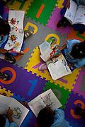 Belo Horizonte_MG, Brasil...Atividades de leitura na Creche Elizabeth Santos. Programa Prazer em Ler, Criancas ate 3 anos...The reading activities in the daycare Elizabeth Santos. The Prazer em Ler Program, Children up to 3 years...Foto: LEO DRUMOND / NITRO