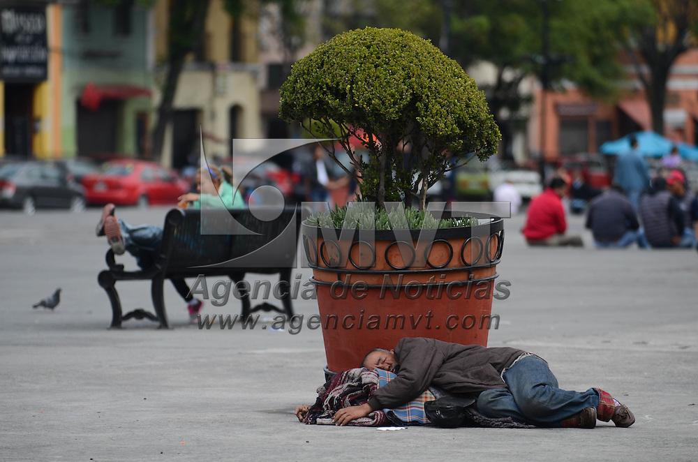 Toluca, México.- (Febrero 07, 2017).- Abrazado de unos cobertores un hombre toma una pequeña siesta en la plaza Ángel María Garibay de la capital Mexiquense. Agencia MVT / Arturo Hernández.