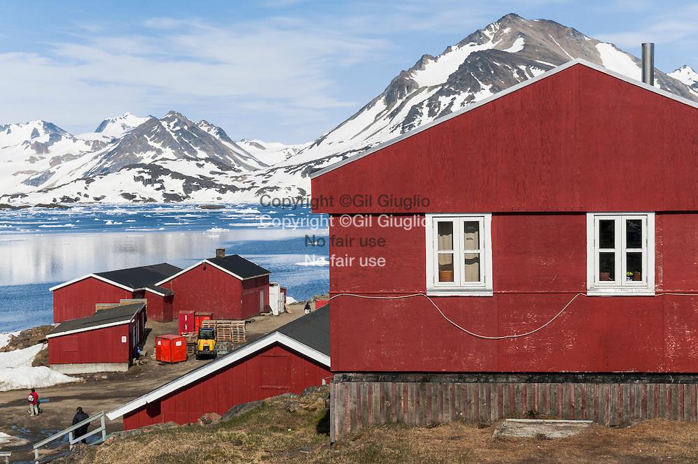 Groenland, sud est, région de Sermersooq, ville de  Kulusuk, centre ville en bas // Greenland, Eastern Greenland, region of Sermersooq, Kulusuk town, downtown down side the hill