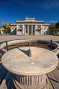Zegar słoneczny w Łazienkach Królewskich w Warszawie, Polska<br /> Sundial in Royal Baths Park in Warsaw, Poland