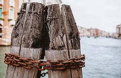 THEMENBILD - rostige Ketten an einem Holzpfahl, aufgenommen am 04. Oktober 2019 in Venedig, Italien // rusty chains on a wooden post, in Venice, Italy on 2019/10/04. EXPA Pictures © 2019, PhotoCredit: EXPA/Stefanie Oberhauser