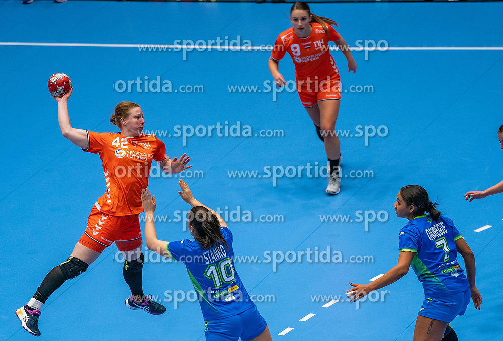 Harma van Kreij of Netherlands in action vs Tjasa Stanko of Slovenia during the Women's friendly match between Netherlands and Slovenia at De Maaspoort on march 19, 2021 in Den Bosch, Netherlands (Photo by RHF Agency/Ronald Hoogendoorn)