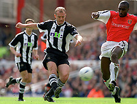 Fotball. FA-cup 2001/2002.<br /> Arsenal v Newcastle 23.03.2002.<br /> Alan Shearer, Newcastle og Sol Campbell, Arsenal.<br /> Foto: David Price, Digitalsport