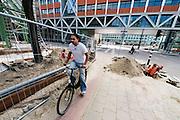 Een fietser baant zich een weg langs wegwerkzaamheden.<br /> <br /> A cyclist is passing roadworks.