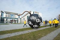25 MAR 2009, BERLIN/GERMANY:<br /> Greenpeace Aktivisten haben eine CO2 Bombe vor dem Bundeskanzleramt in Position gebracht, vor Beginn der Kabinettsitzung<br /> IMAGE: 20090325-01-013<br /> KEYWORDS: Klima, Klimaschutz, Atrappe, Demonstration, Demo, Protest, Naturschutz, Umweltschutz