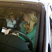 NLD/Noordwijk/20080520 - Voetballers melden zich voor trainingskamp Nederlands Elftal, Denny Landzaat en partner Annemarie de Waal, neemt afscheid van zoontje Ailani