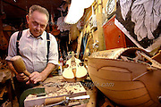 dogliani (cuneo) 12 settembre 2006. valerio gabutti, 80 anni, liutaio per passione..photo massimo pinca/pho-to.--------------------------------------------------------------.dogliani(cuneo) sept-12-2006. valerio gabutti,years 80,luthier for passion..photo massimo pinca/pho-to.