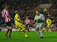 Photo: Andrew Unwin.<br />Sunderland v Southampton. Coca Cola Championship. 11/11/2006.<br />Southampton's goalkeeper, Kelvin Davis (R), gathers the ball safely.