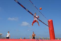 20150627 NED: WK Beachvolleybal day 2, Scheveningen<br /> Nederland heeft er sinds zaterdagmiddag een vermelding in het Guinness World Records bij. Op het zonnige strand van Scheveningen werd het officiële wereldrecord 'grootste beachvolleybaltoernooi ter wereld' verbroken. Maar liefst 2355 beachvolleyballers kwamen zaterdag tegelijkertijd in actie / Bossaball