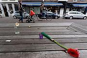 Twee bloemen liggen verloren op een bankje voor het stadhuis van Utrecht.<br /> <br /> Two flowers are left behind on a bench.