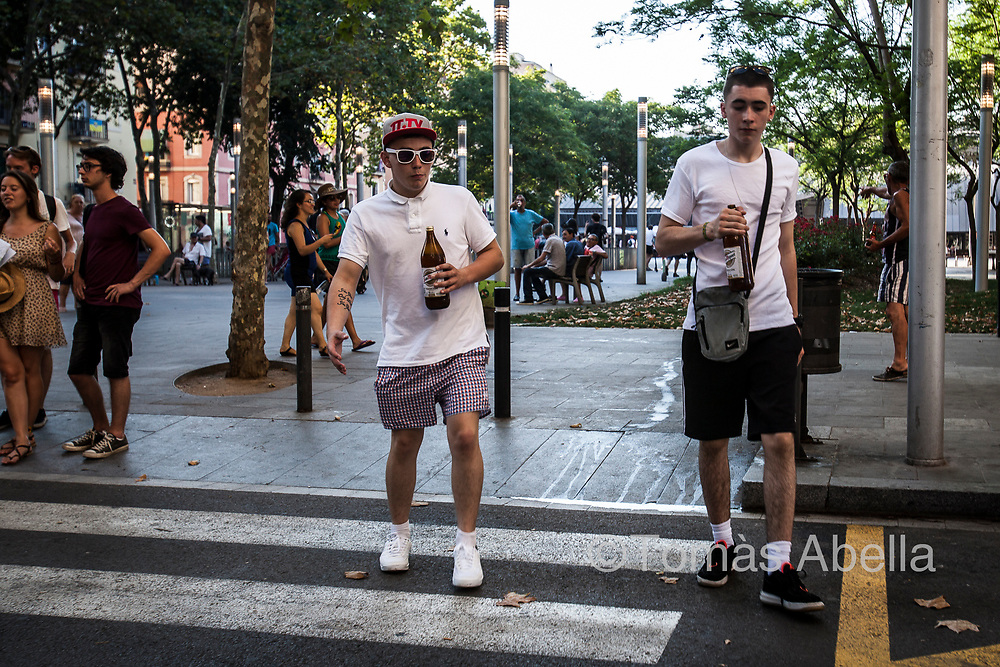 Low cost tourism makes it easier for young people of a modest income level to afford travelling to a first-rate tourist capital like Barcelona. La Barceloneta neighbourhood.