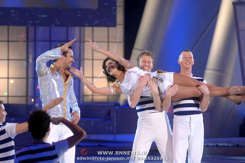 NLD/Hilversum/20070309 - 9e Live uitzending SBS Sterrendansen op het IJs 2007, Geert Hoes en schaatspartner Sherri Kennedy, dansers Holiday on Ice