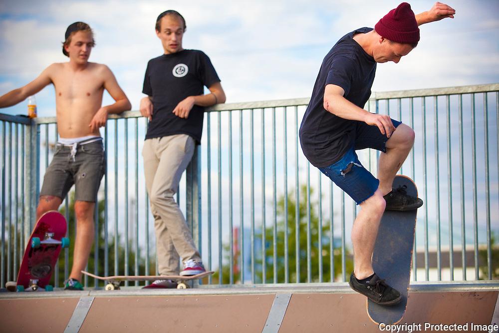 zomerbeeld voor editie kempen-skaters aan het werk op Herentals Skatepark-Laurens Eykens (zonder t-shirt), Laurens Crauwels,  Jelle Andriesen (bordeaux muts)
