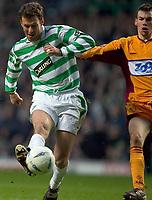 Fotball<br /> Skottland 2004/2005<br /> Foto: SBI/Digitalsport<br /> NORWAY ONLY<br /> 22.01.2005<br /> <br /> Celtic v Motherwell, Scottish Premier League, Celtic Park, Glasgow. <br /> 22/01/2005<br /> <br /> Chris Sutton beats Paul Quinn to score 2nd goal for Celtic