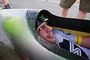 Gareth Hanks in de All Overzealous tijdens de vierde racedag. In Battle Mountain (Nevada) wordt ieder jaar de World Human Powered Speed Challenge gehouden. Tijdens deze wedstrijd wordt geprobeerd zo hard mogelijk te fietsen op pure menskracht. Het huidige record staat sinds 2015 op naam van de Canadees Todd Reichert die 139,45 km/h reed. De deelnemers bestaan zowel uit teams van universiteiten als uit hobbyisten. Met de gestroomlijnde fietsen willen ze laten zien wat mogelijk is met menskracht. De speciale ligfietsen kunnen gezien worden als de Formule 1 van het fietsen. De kennis die wordt opgedaan wordt ook gebruikt om duurzaam vervoer verder te ontwikkelen.<br /> <br /> In Battle Mountain (Nevada) each year the World Human Powered Speed Challenge is held. During this race they try to ride on pure manpower as hard as possible. Since 2015 the Canadian Todd Reichert is record holder with a speed of 136,45 km/h. The participants consist of both teams from universities and from hobbyists. With the sleek bikes they want to show what is possible with human power. The special recumbent bicycles can be seen as the Formula 1 of the bicycle. The knowledge gained is also used to develop sustainable transport.