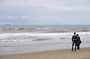 Nederland, Scheveningen, 18-9-2017Badplaats aan de Noordzee. In de nazomer wandelen mensen op het strand en de boulevard. De Pier en het Kurhaus zijn belangrijke toeristische attracties. Een verliefd stel kijkt naar de horizonFoto: Flip Franssen