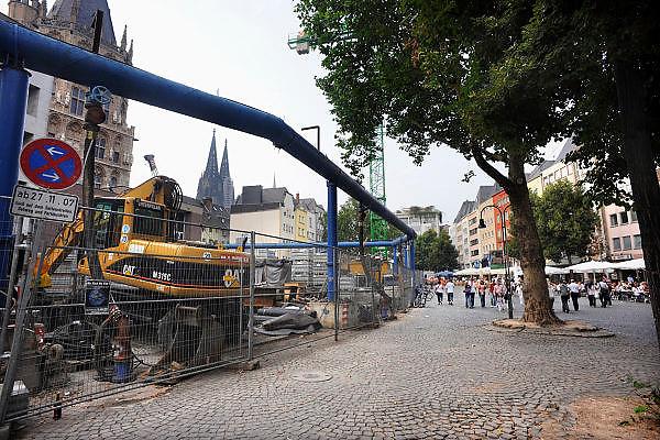 Duitsland, Keulen, 9-8-2009Een pleintje in de oude stad.  De aanleg van een metrolijn veroorzaakt veel overlast. Het stads archief is ingestort tgv de bouwwerkzaamheden. De Dom op de achtergrondA square in the old city. The Romanesque church is the Gross st. Martin.Foto: Flip Franssen/Hollandse Hoogte