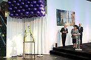Prinses Beatrix opent nieuwbouw St. Antonius Ziekenhuis in de Utrechtse wijk Leidsche Rijn.<br /> <br /> Princess Beatrix opens new St. Antonius Hospital in Utrecht Leidsche Rijn.<br /> <br /> Op de foto / On the photo: <br /> <br />  Prinses Beatrix, met links voorzitter Raad van Toezicht Boele Staal, verricht de openingshandeling van de nieuwbouw van het Utrechtse St. Antonius Ziekenhuis. <br /> <br /> Princess Beatrix, with on the left Chairman of the Supervisory Board Boele Staal, performed the opening ceremony of the new building of the St. Antonius Hospital in Utrecht.