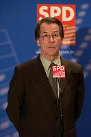 18 DEC 2003, BERLIN/GERMANY:<br /> Franz Muentefering, SPD Fraktionsvorsitzender, gibt ein kurzes Pressestatement, waehrend der SPD Fraktionsitzung, Deutscher Bundestag<br /> IMAGE: 20031218-01-060<br /> KEYWORDS: Franz Müntefering