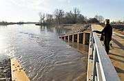 Nederland, Deest, 14-2-2019De herinrichting van het nieuwe natuurgebied de afferdense en deestse waarden nadert voltooiing. De drempel, regelwerk, het punt waar de oever doorgestoken is en  die de nieuwe nevengeul van water voorziet is sinds enkele weken effectief . Boskalis is de uitvoerder van dit omvangrijke waterproject in het kader van ruimte voor de rivier .
