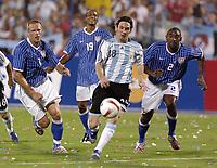 Fotball<br /> Copa America 2007<br /> 28.06.2007<br /> Argentina v USA<br /> Foto: imago/Digitalsport<br /> NORWAY ONLY<br /> <br /> Lionel Messi (Argentinien, 2.v.re.) setzt sich gegen Marvell Wynne (re.) und Jay DeMerit (li., beide USA) durch