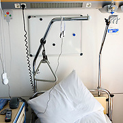 Nederland Rotterdam  31-08-2009 20090831 Foto: David Rozing .Serie over zorgsector, Ikazia Ziekenhuis Rotterdam. Illustratief beeld bij zorg, ziekte.  Ziekenhuiskamer, leeg bed van patient.  Illustrative image healthcare, empty bed.   Holland, The Netherlands, dutch, Pays Bas, Europe , op zaal liggen, stilleven, still,, nursing, aansterken,ziektekosten,zorgverlening,creative,illustratief beeld; illustratieve; illustrative image,symbolisch beeld; symbolic Foto: David Rozing