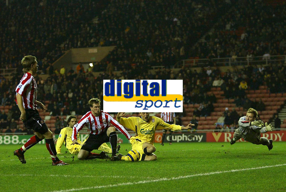 Photo: Andrew Unwin.<br /> Sunderland v Liverpool. The Barclays Premiership.<br /> 30/11/2005.<br /> Sunderland's goalkeeper, Ben Alnwick (R), flings himself across the goal as Liverpool's Peter Crouch (C) tries to score.