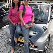NLD/Amsterdam/20080910 - Beau Monde Rally 2008, Monique de Bouvrie en vriendin Marie - Heleen Hendriks bij hun auto