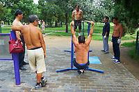 Chine, Pekin (Beijing), exercices physique dans le parc du Temple du Ciel // China, Beijing, morning gymnastic in the Temple of Heaven park
