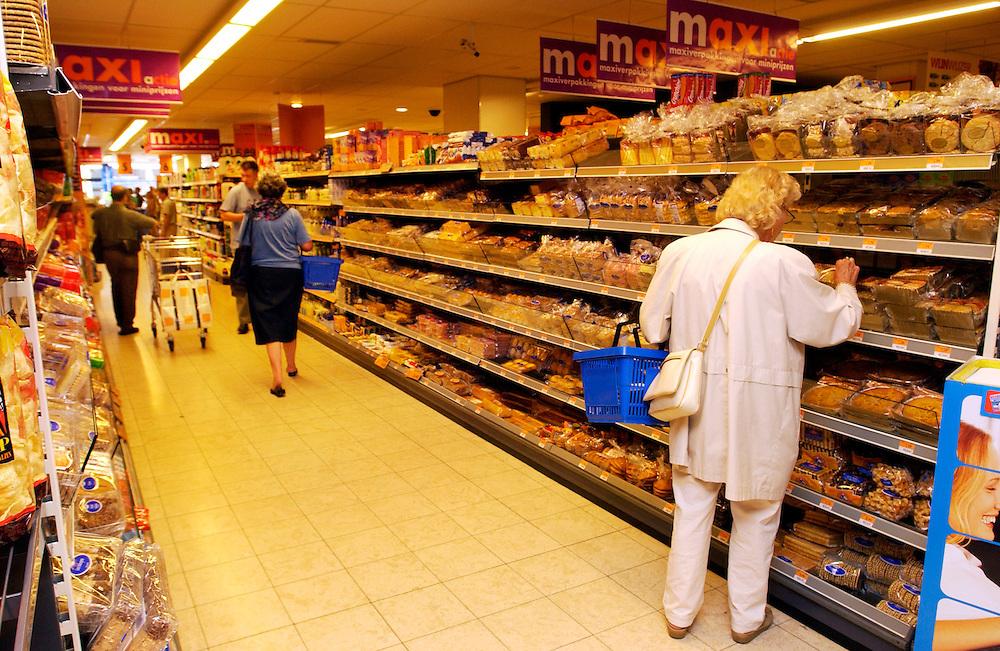 Rotterdam, 25 aug 2003<br />Eco-tellingen bij Super de Boer in Rotterdam.<br />Medewerkers van Milieudefensie houden in een supermarkt een telling van eco-produkten. Er werden 110 produkten geteld, tegen 77 vorig jaar in dezelfde winkel. <br />De toename zat echter niet in het segment dagverse groente.<br />Foto (c) Michiel Wijnbergh
