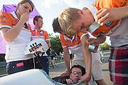 In Lausitz stapt Wil Baselmans van het Human Power Team Delft en Amsterdam in de VeloX3 voor de eerste poging om het uurrecord te breken. Wegens warmte heeft hij zijn poging na een half uur moeten afbreken. In september wil het team, dat bestaat uit studenten van de TU Delft en de VU Amsterdam, een poging doen het wereldrecord snelfietsen te verbreken, dat nu op 133 km/h staat tijdens de World Human Powered Speed Challenge.<br /> <br /> At the Dekra test track in Lausitz Wil Baselmans of the Human Power Team Delft and Amsterdam is riding his first attempt to set a new hour record with the VeloX3. After half an hour Baselmans has to stop due to the heat. With the special recumbent bike the team, consisting of students of the TU Delft and the VU Amsterdam, also wants to set a new world record cycling in September at the World Human Powered Speed Challenge. The current speed record is 133 km/h.