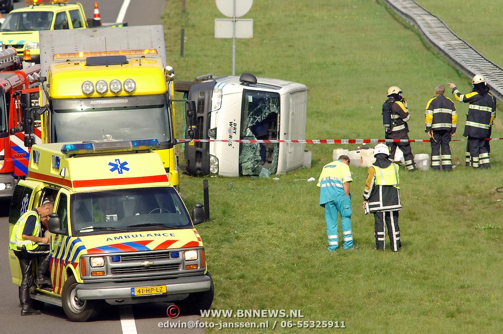 NLD/Eemnes/20060922 - Busje over de kop Snelweg A27 ter Hoogte Eemnes gevuld met gevaarlijke stoffen