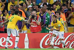 Daniel Alves e Neymar Jr comemoram gol na partida entre Brasil e Espanha, válida pela final da Confederações 2013, no estádio Maracanã, no Rio de Janeiro. FOTO: Jefferson Bernardes/Preview.com