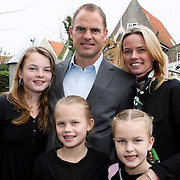 NLD/Edam/20080404 - Opening winkel Frank de Boer het Klooster in Edam, Frank de Boer met partner helen van Haren en kinderen Romy, Jacky, Beau