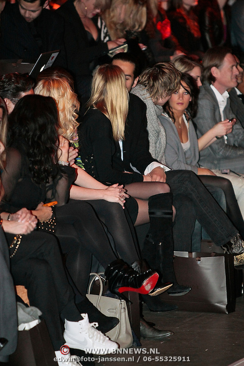 NLD/Amsterdam/20100129 - Amsterdam fashion Week 2010, modeshow Supertrash, Alexandra Richards en partner kussend