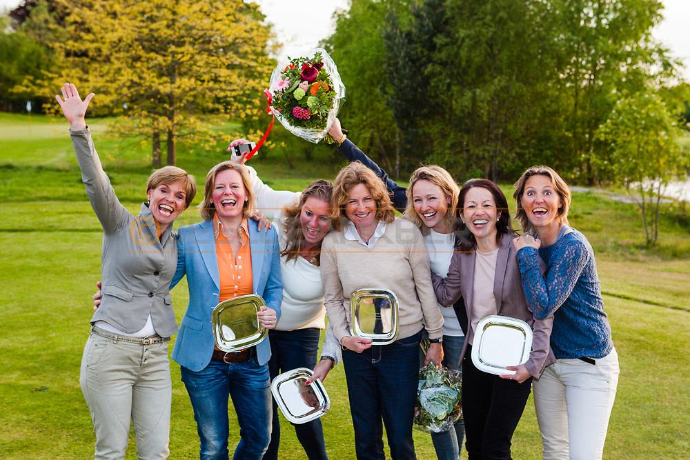 17-05-2015 NGF Competitie 2015, Hoofdklasse Heren - Dames RESERVE - Finale, Golfsocieteit De Lage Vuursche, Den Dolder, Nederland. 17 mei. Dames RESERVE Noordwijkse 3: team tijdens de prijsuitreiking..