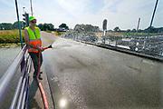 Nederland, Laag-Keppel, 10-8-2020 De ophaalbrug over de oude IJssel moet worden nat gehouden om te voorkomen dat door de hitte het stalen constructie teveel uitzet en de brug klem komt te zitten waardoor hij niet meer open of dicht kan, bediend kan worden. Foto: ANP/ Hollandse Hoogte/ Flip Franssen