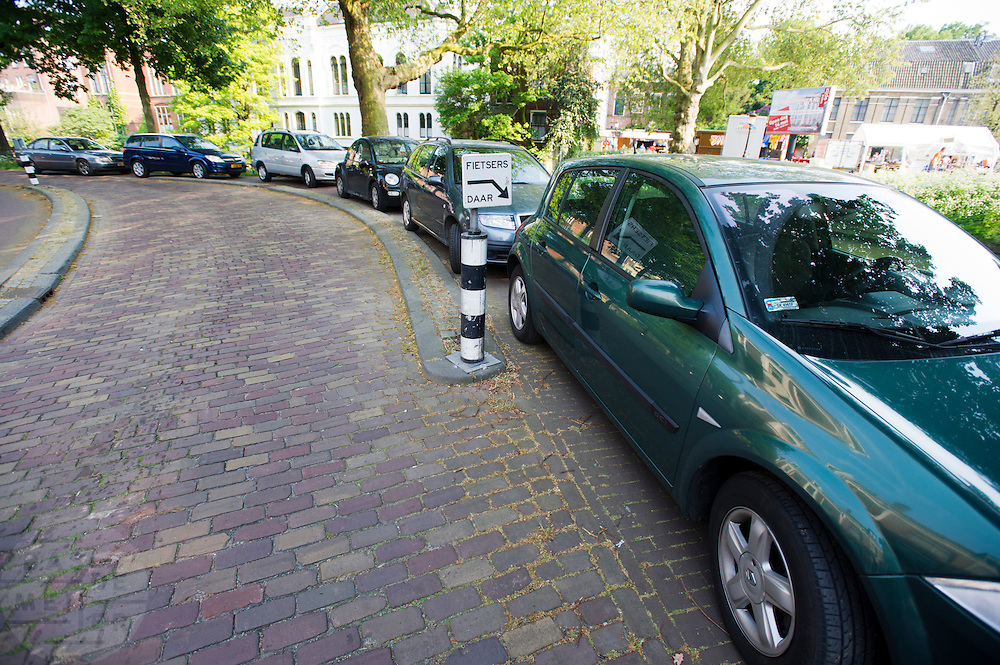 Automobilisten hebben de auto op een fietsstrook geparkeerd, waardoor die niet meer gebruikt kan worden.<br /> <br /> Parked cars are blocking the bike path.