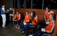 ZWOLLE - Carlien Dirkse vd Heuvel en Roos Drost. Bitje happen voor de vrouwen van het Nederlands hockeyteam, Het aanmeten van een mondbeschermer. in aanloop van de Champions Trophy in Mendoza (Argentinie).rechts Marloes Keetels en Laura Nunnink. , links Valerie Magis.   COPYRIGHT KOEN SUYK