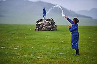 Mongolie, Province de Ovorkhangai, Vallee de l'Orkhon, campement nomade, femme nomade faisant une offrande aux esrpits du Ciel, Tengri // Mongolia, Ovorkhangai province, Orkhon valley, nomad woman making an offering to Tengri, the spirit of the sky