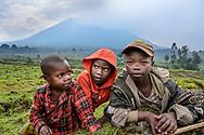 Lokale Bauernkinder mit dem Vulkan Sabyinyo im Hintergrund, Parc National des Volcans, Virunga, Ruanda<br /> <br /> Local peasant children with the volcano Sabyinyo in the background, Parc National des Volcans, Virunga, Rwanda