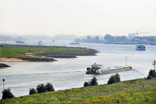 Nederland, Pannerden, 2-9-2011Binnenvaartschepen varen over het Pannerdensch Kanaal en Waal bij Millingen,Foto: Flip Franssen/Hollandse Hoogte