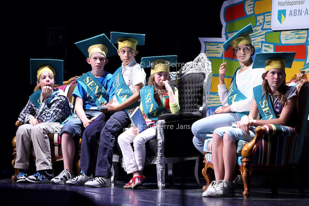 Nederland, Amsterdam , 23 juni 2010..Geronimo Stilton en Francine Oomen winnen de Prijs van de Nederlandse Kinderjury 2010. Dit maakte de Senaat van de Kinderjury 2010 vanmiddag bekend tijdens een speciaal programma in Koninklijk Theater Carré. Geronimo Stilton wint met Fantasia IV - Het drakenei in de categorie 6 t/m 9 jaar. Francine Oomen wint in de categorie 10 t/m 12 jaar met.Hoe overleef ik (zonder) dromen? Zij wint de prijs voor de 8ste keer..De Nederlandse Kinderjury is de publieksprijs voor kinderen. Ruim 26.000 kinderen stemden de afgelopen maanden op hun favoriete boek van het afgelopen jaar..Op de foto signeersessie met winnaar Geronimo Stilton..Foto:Jean-Pierre Jans