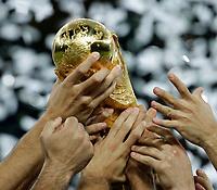 Fotball<br /> VM 2006<br /> Finale<br /> 09.07.2006<br /> Italia v Frankrike<br /> Foto: Graffiti/Digitalsport<br /> NORWAY ONLY<br /> <br /> le mani degli azzurri sostengono la coppa del mondo