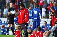 Trener Vegard Skogheim, Kongsvinger, venter på straffeparkkonkurransen sammen med spillerne. <br /> <br /> Fotball: Kongsvinger - Aalesund 2-2 (5-2 e. straffer). NM 2004 herrer, 3. runde. 8. juni 2004. (Foto: Peter Tubaas/Digitalsport.
